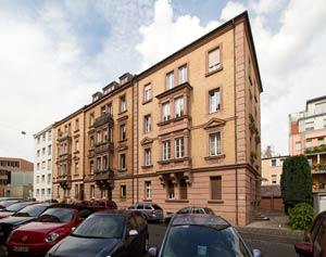 Die spätklassizistischen Fronten der Anwesen Lindenaststraße 58 bis 64, von rechts an links, in der Totalen, 2017.