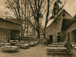 """Der Biergarten des """"Goldenen Sterns"""", im Hintergrund links der ehemalige Kressische Herrensitz, aufgenommen zwischen 1925 und 1933."""