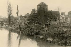 Blick von der Oberen Karlsbrücke über den völlig zerstörten Henkersteg und den Trödelmarkt auf Henkerhaus, Weinstadel und Wasserturm, aufgenommen 1946.