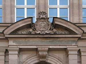 """Die Inschrift """"Kreis-Realschule"""" am Ostportal des Ämtergebäudes wurde nach 1936 zugeputzt – wenn auch nicht ganz gründlich."""