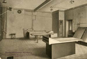"""Wellness inmitten schicker Fliesen: Raum für Massagen und Dampfbäder im """"Deutscherrnbad"""", aufgenommen zwischen 1908 und 1911."""
