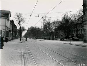 """Die Bayreuther Straße mit dem beliebten """"Tuchergarten"""" rechts im Bild, aufgenommen 1937."""