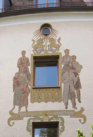 """""""Lüftlmalerei"""" mitten in Franken: Das Wandbild am Haus Äußere Sulzbacher Straße 119."""
