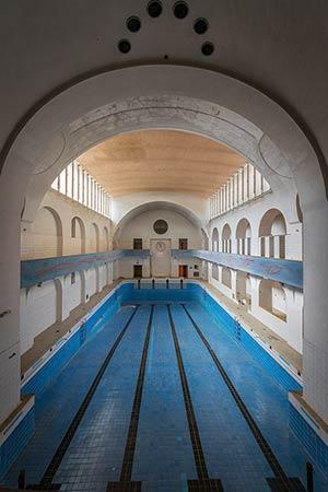 Die nach dem Krieg weitgehend erneuerte Frauenschwimmhalle mit ihrem Möwen-Relief.