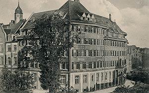 Diese 1916 von einem Haus an der Schönweißstraße aus gemachte Aufnahme zeigt die malerische Dachlandschaft des Arndthauses.