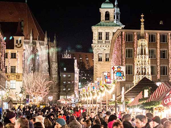 Blick auf den Christkindlesmarkt Nürnberg am Abend